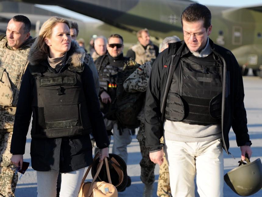 Kinderdienst: Deutscher Verteidigungsminister und seine Frau besuchen Soldaten in Afghanistan