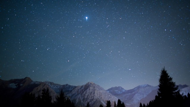 Sternenklarer Himmel über den Schweizer Alpen