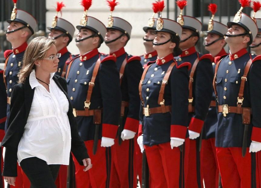Schwangere spanische Verteidigungsministerin vor Ehrengarde