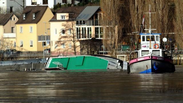 Rhein bleibt nach Havarie weiter gesperrt