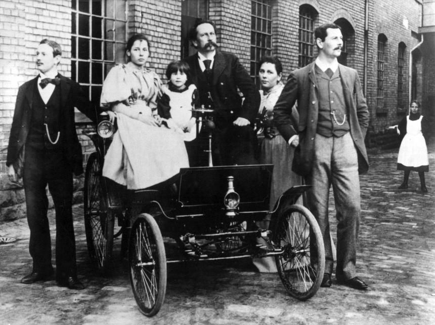 Automobilkonstrukteur Carl Friedrich Benz mit Motorwagen