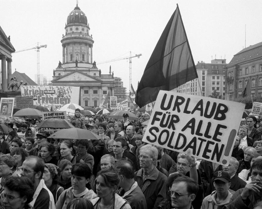 DEMONSTRATION GEGEN KRIEG IN JUGOSLAWIEN