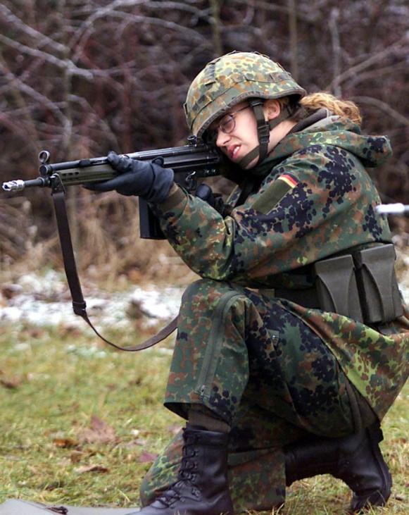 Soldatin bei der Schießausbildung, 2000