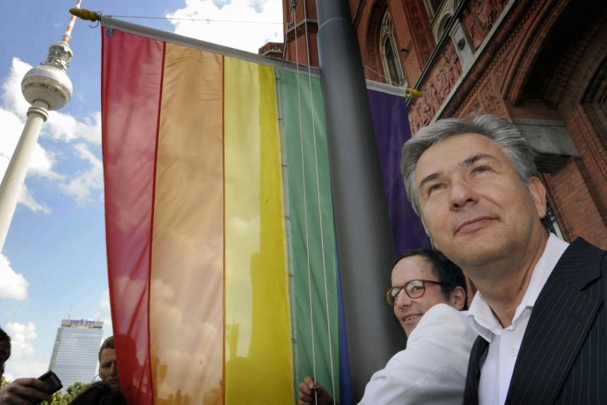 Regenbogenfahne vor dem Roten Rathaus