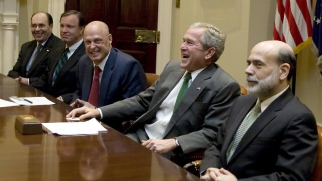USA: Abschlussbericht zur Finanzkrise: Schwere Vorwürfe gegen den früheren US-Präsidenten George W. Bush (links) und US-Notenbankchef Ben Bernanke: Ein Untersuchungsbericht kritisiert, sie hätten die Finanzkrise nicht vorhergesehen und falsch reagiert.