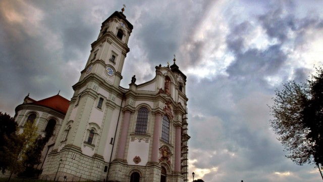 Ottobeurer Basilika vor Regenwolken