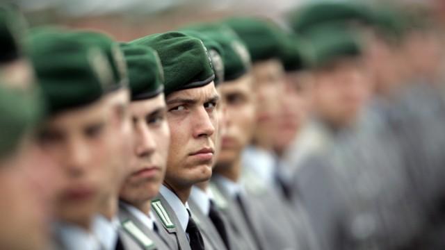 Guttenberg will Wehrpflicht zum 1. Juli 2011 aussetzen