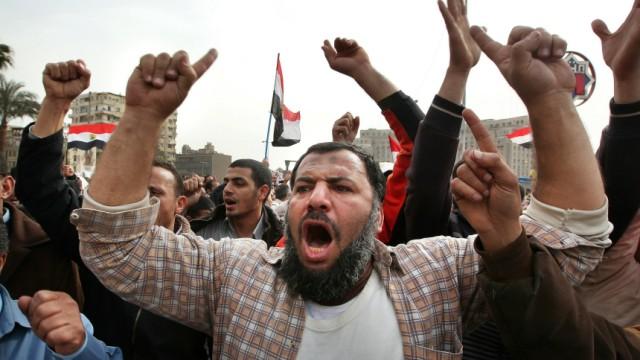 Anti-Government Protesters Clash With Pro-Mubarak Demonstrators