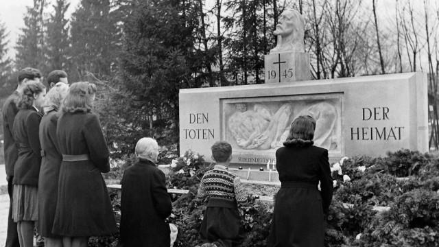 """Heimatvertriebene vor Gedenkstein """"Den Toten der Heimat"""""""
