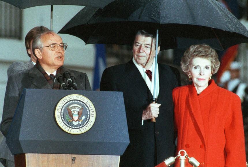 Ronald Reagan, Ehefrau Nancy und Michael Gorbatschow, 1987