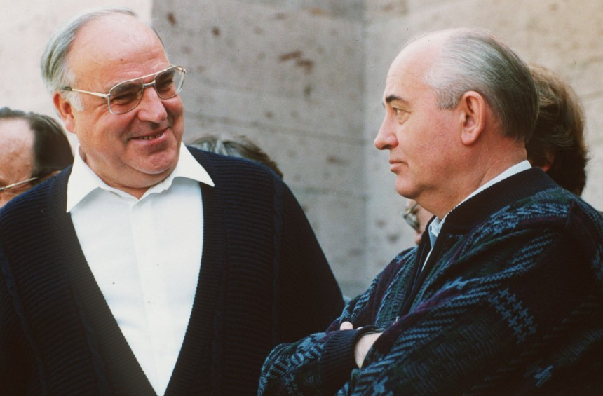 Helmut Kohl (li.) und Michael Gorbatschow im Kaukasus, 1990