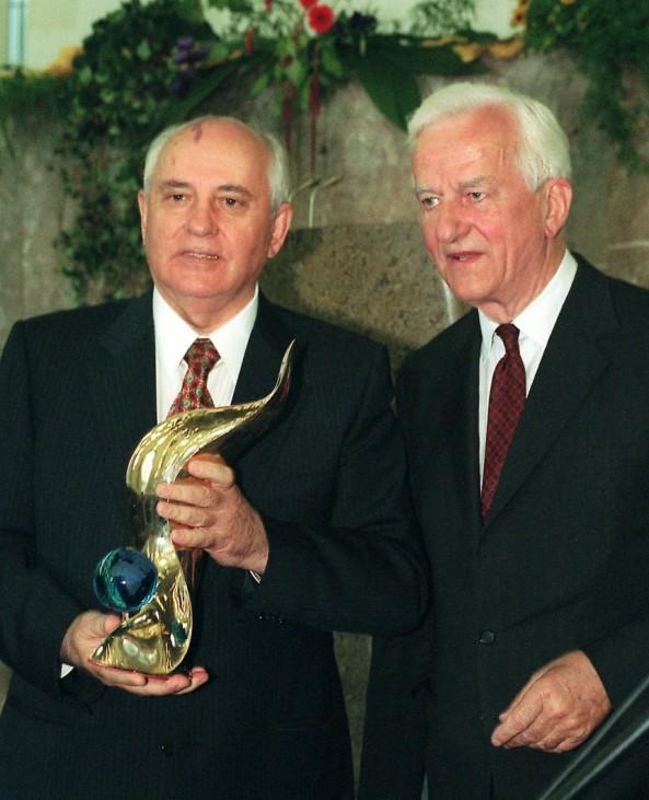 Richard von Weizsäcker ehrt Michael Gorbatschow