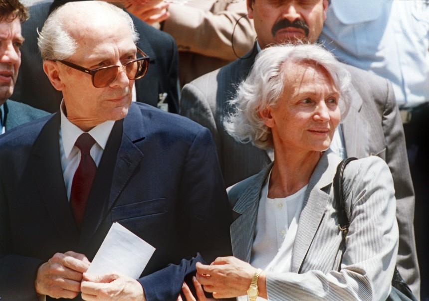 Erich Honecker und Margot Honecker auf dem Flughafen in Chile, 1993