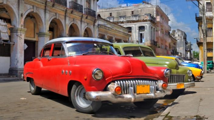 Eine Reihe von Oldtimern auf Kuba