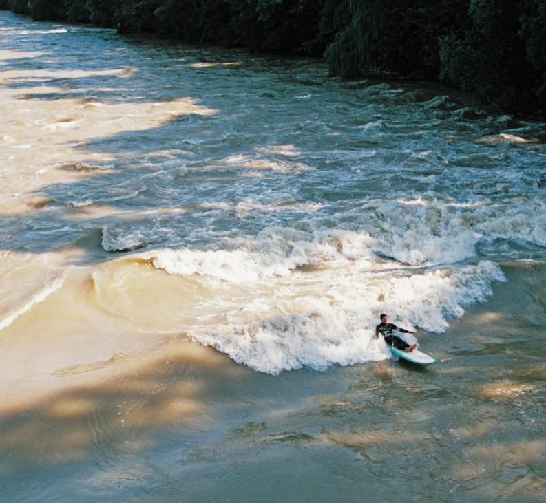 """Riversurfing, Foto aus: Dieter Deventer """"River Surfing: Flusswellen von München bis zum Amazonas"""""""