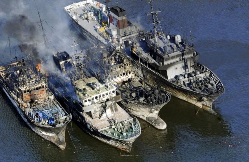 Schweres Erdbeben erschüttert Japan - Ausgebrannte Schiffe