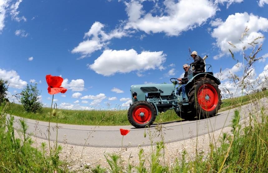 Traktor unter weiß-blauem Himmel