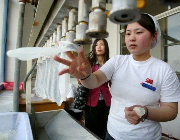 Kondomfabrik in China, 2004