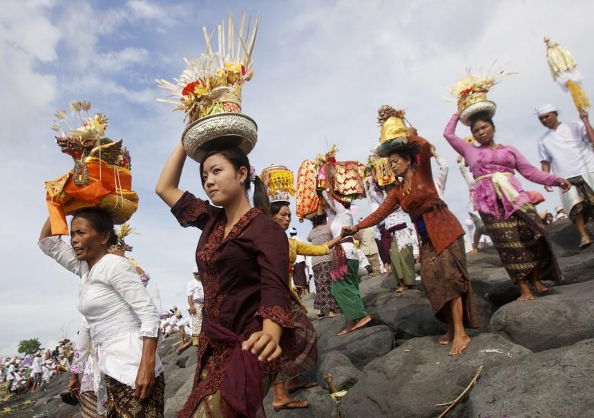 Balinesische Hindus tragen Pratima, ein Symbol Gottes