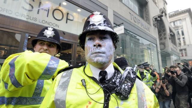 Gezeichnet vom Protest: Ein von Farbe getroffener Polizist in der Londoner Oxford Street.