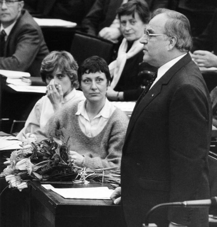 Helmut Kohl nach seiner Wiederwahl zum Bundeskanzler im Bundestag, 1983
