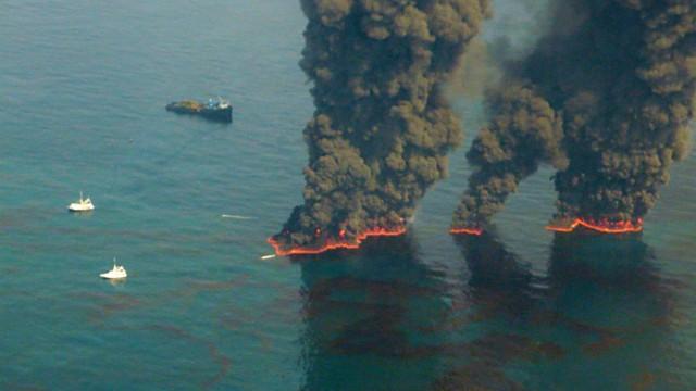 """Deepwater Horizon: Transocean: Transocean war eine der Firmen, die die explodierte Ölplattform """"Deepwater Horizon"""" betrieben hatte. Hier im Bild: Versuche, mit kontrollierten Feuern, den Ölteppisch unter Kontrolle zu kriegen."""