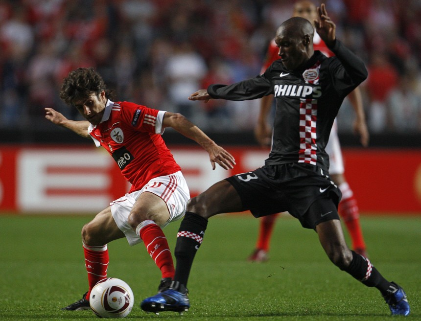 Benfica's Pablo Aimar fights for the ball with PSV Eindhoven's Atiba Hutchinson during the first leg of their Europa League quarter-final soccer match