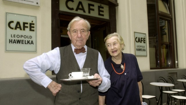 """Leopold und Josefine Hawelka vor ihrem berühmten Café """"Hawelka"""" in Wien, 2001"""