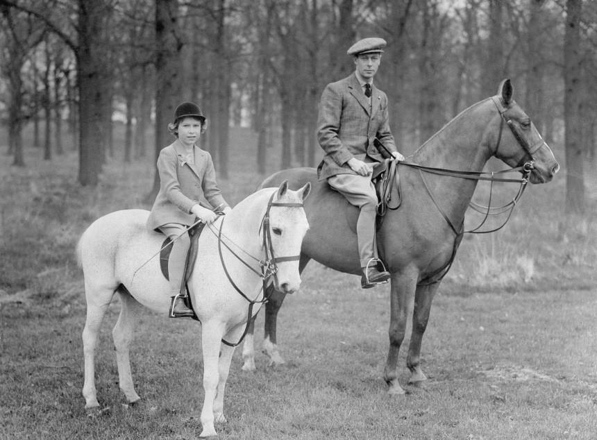 König Georg VI. mit Prinzessin Elisabeth bei einem Ausritt, 1936