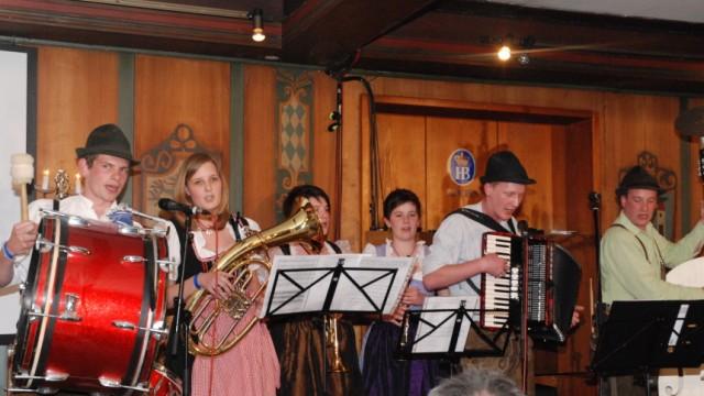 Gstanzl-Slam im Hofbräuhaus, München, die niederbayerische Gruppe D'Grenzstoarucka bei ihrem Auftritt am 11.4.2011