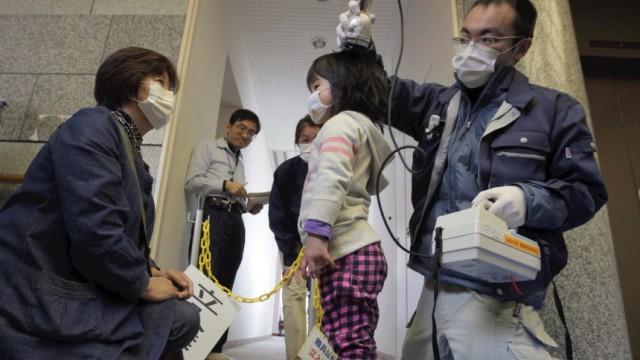Nukleare Katastrophe in Japan: In Iitate wird ein Mädchen auf ihre radioaktive Strahlung untersucht. Nun wurde das Dorfdoch nochevakuiert. Dabei müssen die Nuklearbehörden müssen von Anfang an um den hohen Cäsium-Anteil der Kontamination dortgewusst haben.