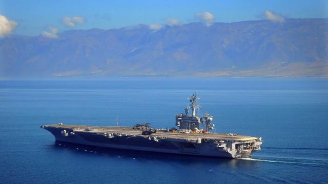 """Seebestattung für Al-Qaida-Führer: Osama bin Ladens Leiche wurde angeblich auf den US-Flugzeugträger USS Carl Vinson geflogen und """"gemäß muslimischer Praktiken"""" im Arabischen Meer bestattet."""