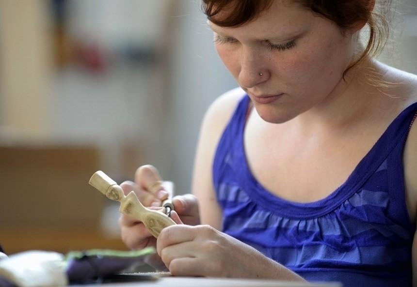 Azubis lernen im Odenwald das Elfenbeinschnitzen