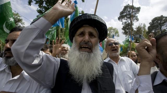 Mitglieder der islamistischen Gruppe Jamaat-e-Islami protestieren in Abbottabad wegen der US-Kommandoaktion, bei der Al-Qaida-Führer Osama bin Laden getötet worden war.