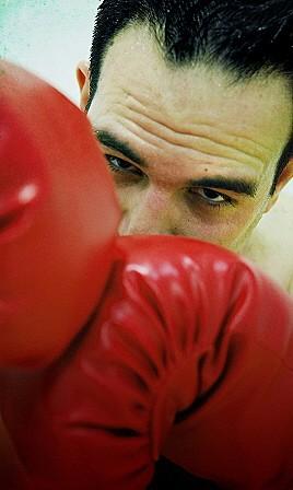 Boxer hinter Handschuhen