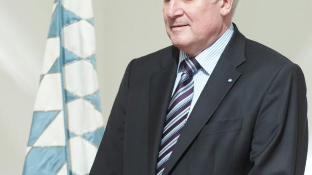 Bayerns Ministeroraesident Seehofer ueberreicht Ernennungsurkunden
