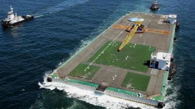 Atomkatastrophe in Fukushima: Ein Container zur Aufnahme von radioaktivem Kühlwasser wird zum AKW Fukushima-Daiichi geschleppt.