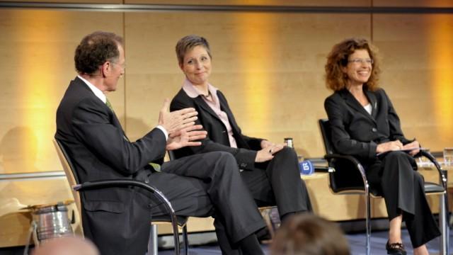 SZ-Forum: Zukunft der Arbeit: Im SZ-Forum diskutierte Bert Rürup mit SZ-Redakteurin Sibylle Haas (mitte) über Mobilität. Moderiert hat Sybille Giel (rechts).
