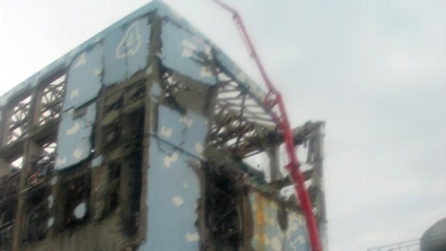 Japan: Atomkatastrophe: Aus einem Gebäude des havarierten Atomkraftwerks Fukushima tritt offenbar erneut radioaktiv verseuchtes Wasser aus.