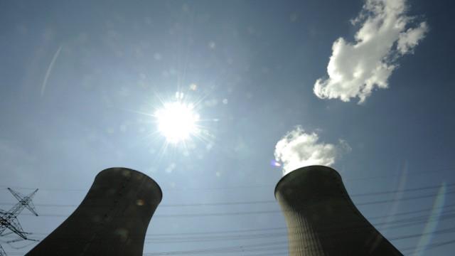 Kühltürme des bayerischen Kernkraftwerks Gundremmingen Atomkraft Atomausstieg