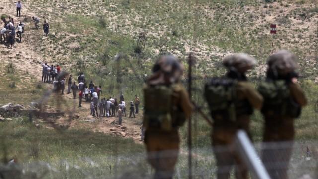 Eskalation auf dem Golan: Israelische Soldaten zielen auf propalästinensische Demonstranten, die von der syrischen Seite die Grenze stürmen wollen.