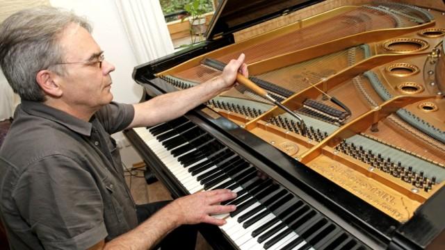 Egling: Peter Bornkessel kümmert sich um das Innenleben von Flügeln und Klavieren. Das der jeweiligen Pianisten erkennt er unter dem Deckel aber auch.