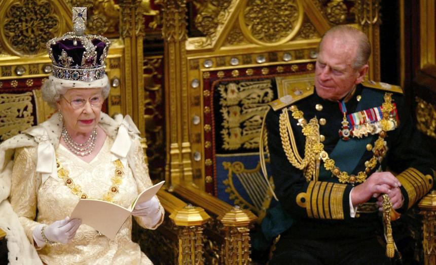 Britische Königin Elizabeth II. bei ihrer Thronrede, neben ihr Prinz Philip, 2002