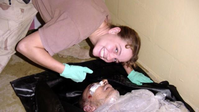 US-Militärpolizistin Sabrina Harman posiert mit totem Iraker