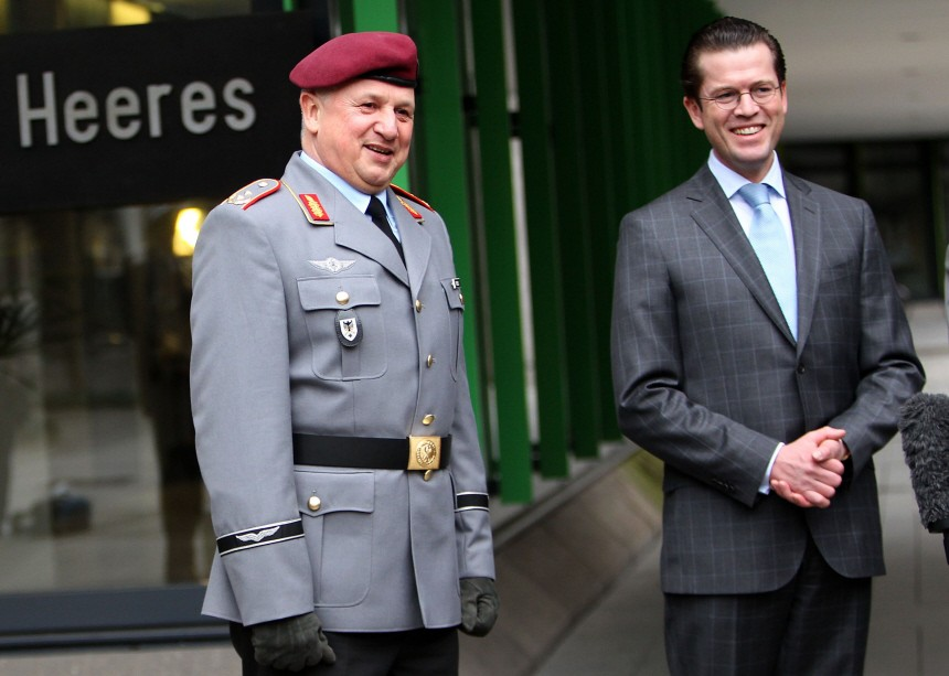 Guttenberg verabschiedet Inspekteur des Heeres