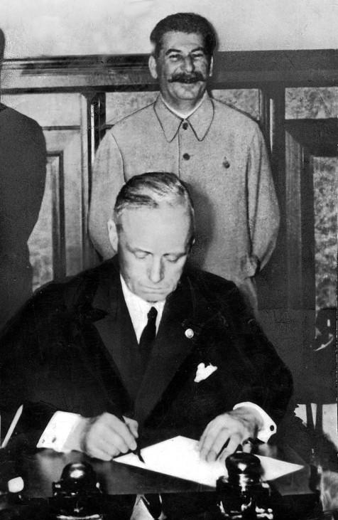 Stalin und Ribbentrop bei der Unterzeichnung des Hitler-Stalin-Paktes
