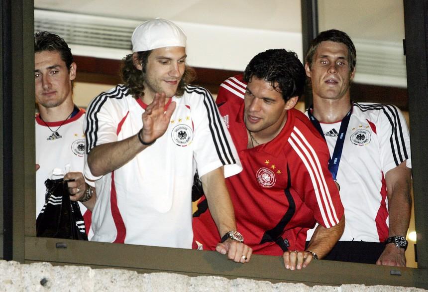 Fans empfangen das deutsche Team vor dem Mannschaftshotel