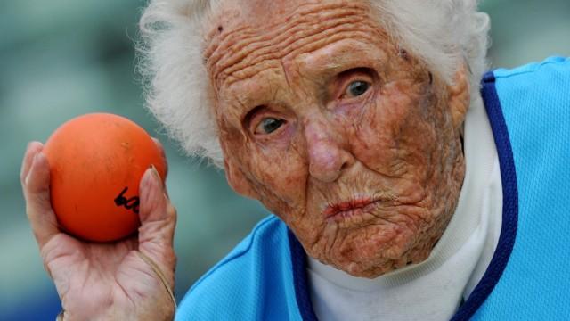 Moderne Senioren: Ruth Firth ist über 100 Jahre alt und gewinnt noch Gold-Medaillen im Kugelstoßen.