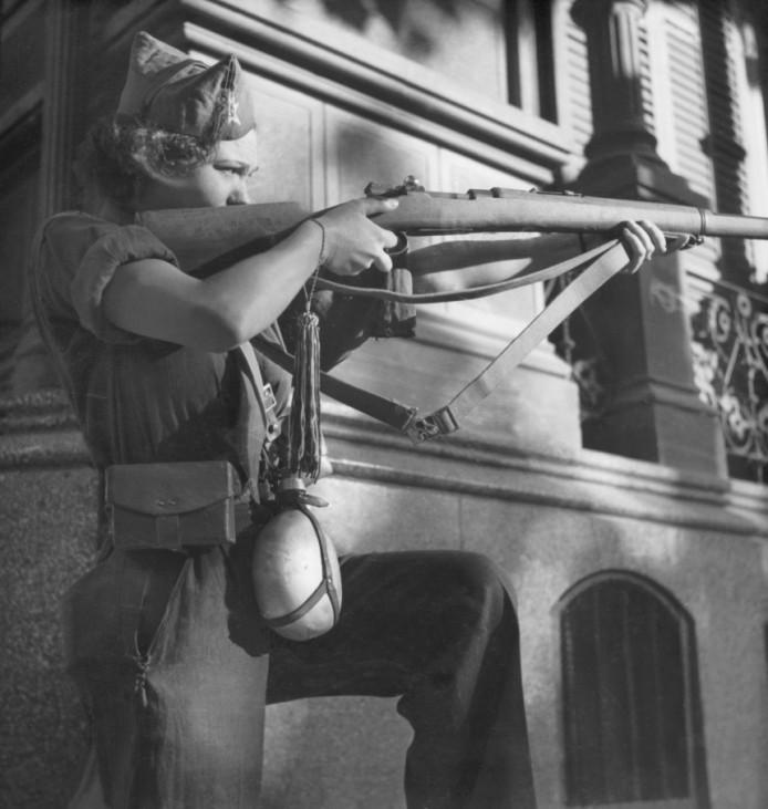 Frau der republikanischen Truppen in Barcelona, 1936