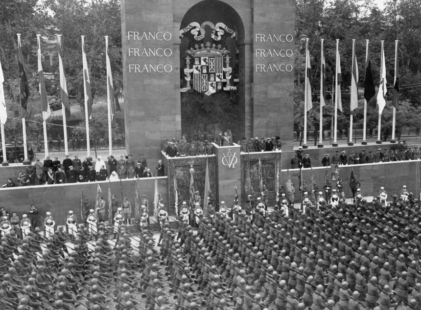 Parade vor Francisco Franco in Madrid, 1939